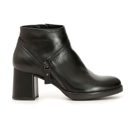 Leather ankle boots with oblique zip